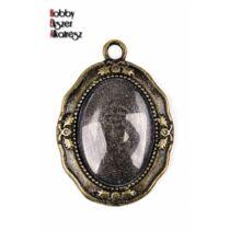 Antikolt bronz színű reneszánsz medálalap (18x25mm) hozátartozó üveglencsével