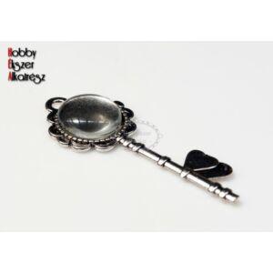 Antikolt ezüst színű kulcs alakú medál (20mm) hozzátartozó üveglencsével