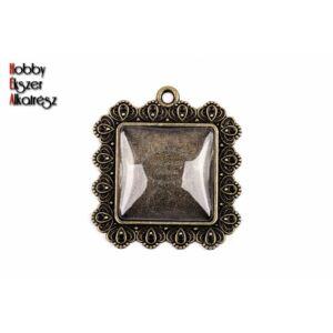 Antikolt bronz színű díszes négyzetes medál (25x25mm) hozzátartozó üveglencsével