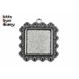 Antikolt ezüst színű díszes négyzetes medálalap (25x25mm)