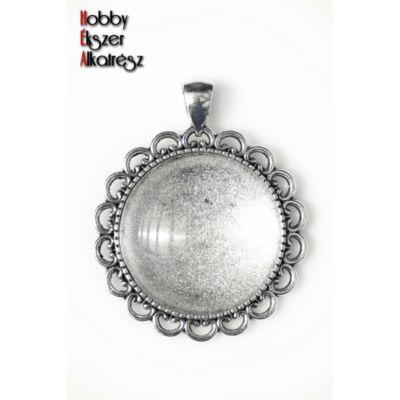 Antikolt ezüst színű díszített hátú medálalap (30mm) hozzátartozó üveglencsével