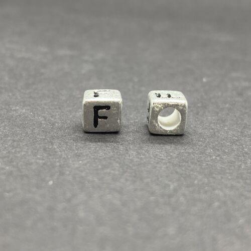 Műanyag ezüst színű f betűgyöngy (6mm)
