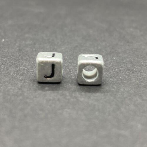 Műanyag ezüst színű j betűgyöngy (6mm)