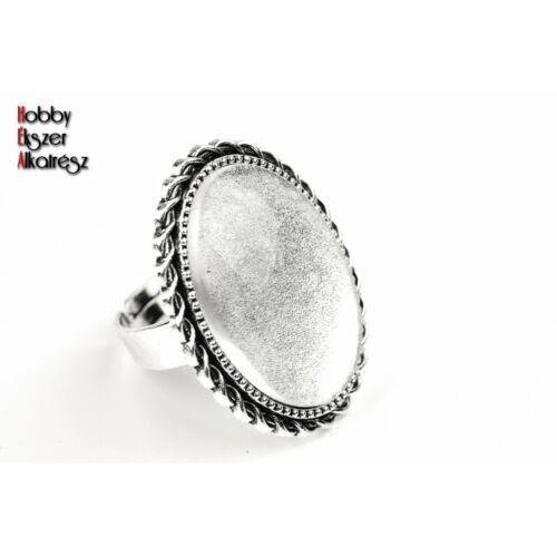 Antikolt ezüst színű csavart gyűrűalap (18x25mm) hozzátartozó üveglencsével