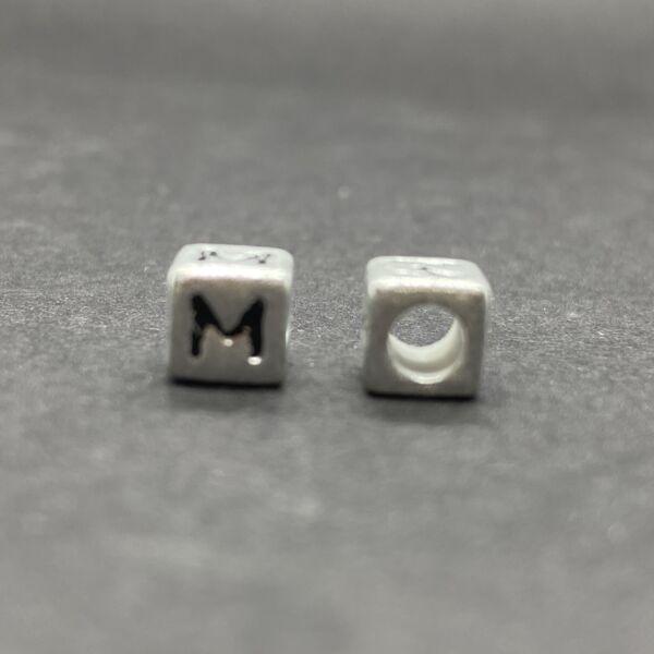Műanyag ezüst színű m betűgyöngy (6mm)