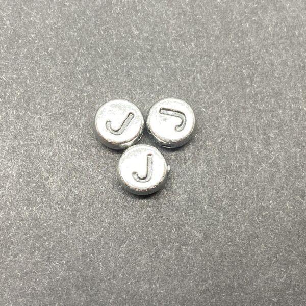 Műanyag ezüst színű kör j betűgyöngy (7mm)