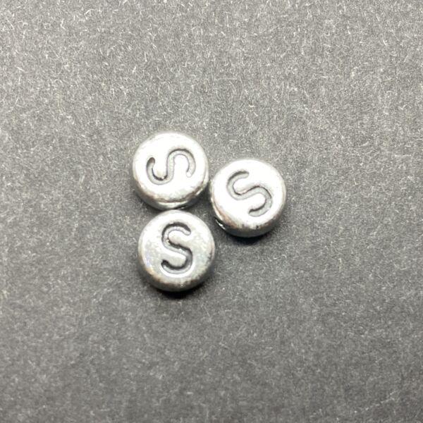 Műanyag ezüst színű kör s betűgyöngy (7mm)
