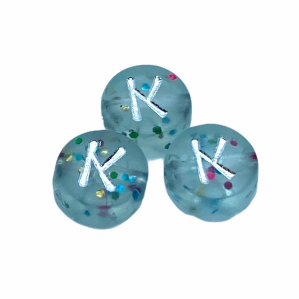 """Műanyag glitterrel díszített kör """"K"""" betűgyöngy (7mm)"""
