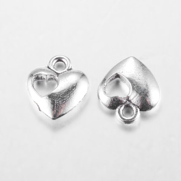 Antikolt ezüst színű pici szív fityegő szív alakú lyukkal