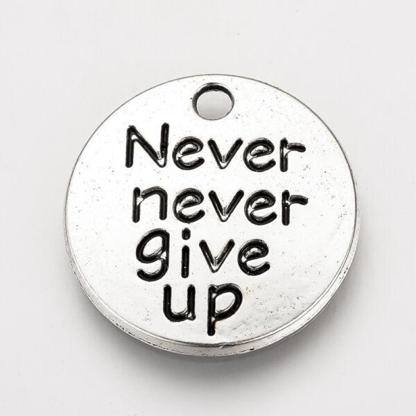 """Antikolt ezüst színű """"Never give up"""" kör alakú medál"""
