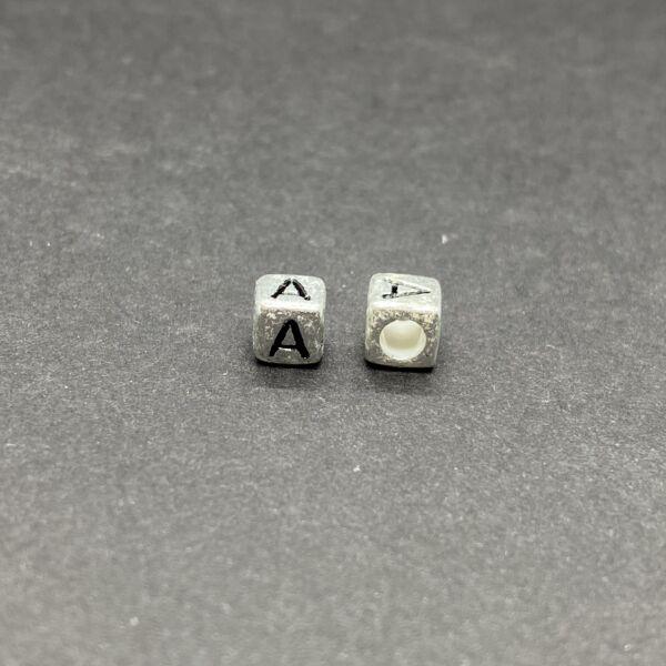 Műanyag ezüst színű a betűgyöngy (6mm)