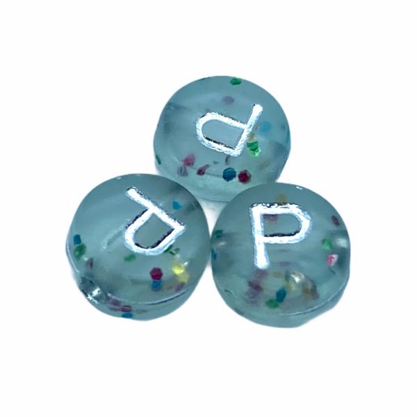 """Műanyag glitterrel díszített kör """"P"""" betűgyöngy (7mm)"""