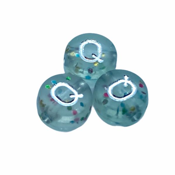 """Műanyag glitterrel díszített kör """"Q"""" betűgyöngy (7mm)"""