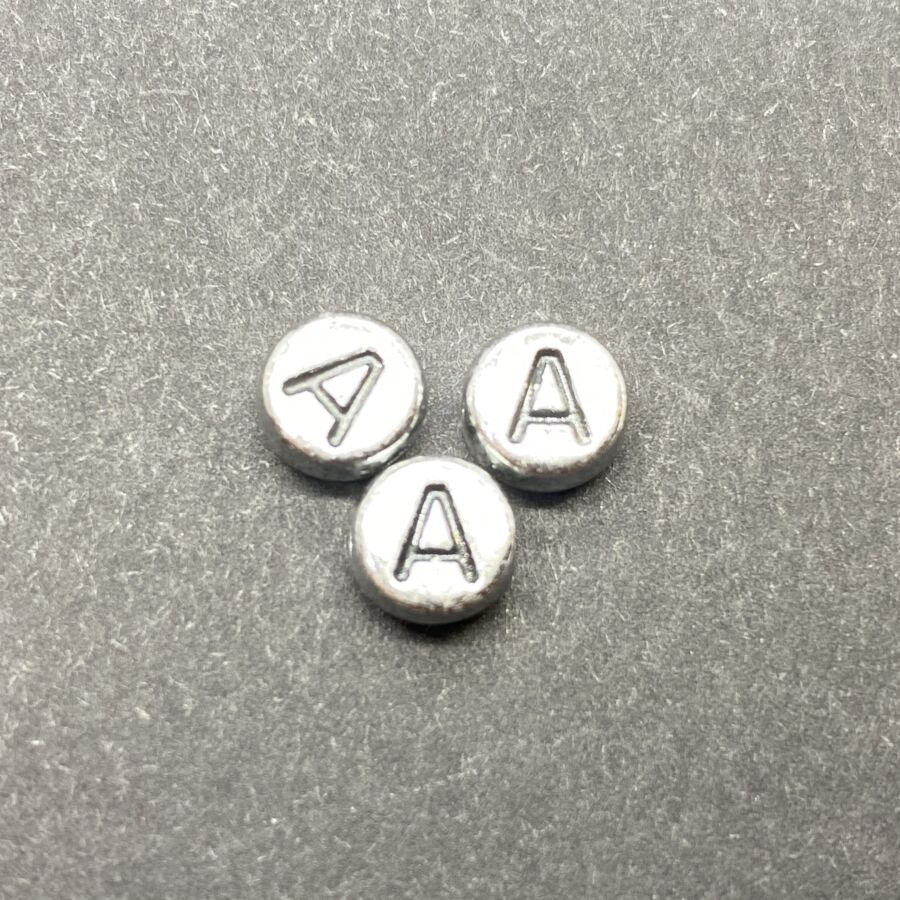 Műanyag ezüst színű kör a betűgyöngy (7mm)